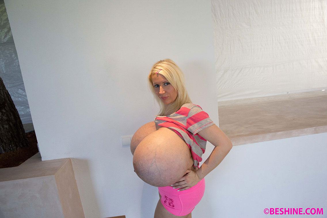 Alias Beshine beshine, la femme aux plus gros faux seins du monde, est de retour avec